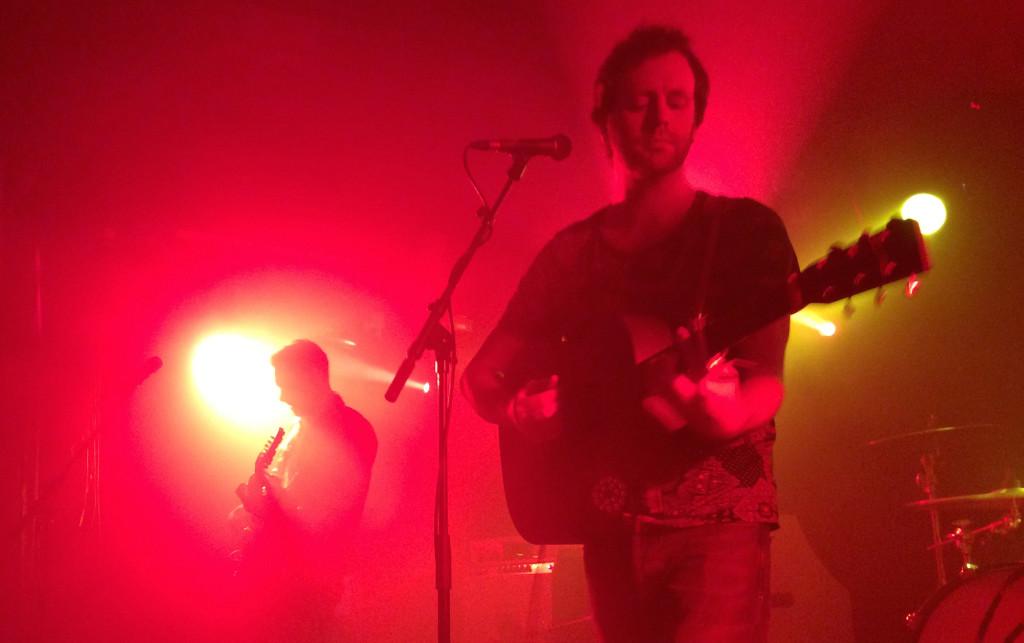 Der Komplex Klub wurde beim Konzert von Young Rebel Set in Farbe getaucht