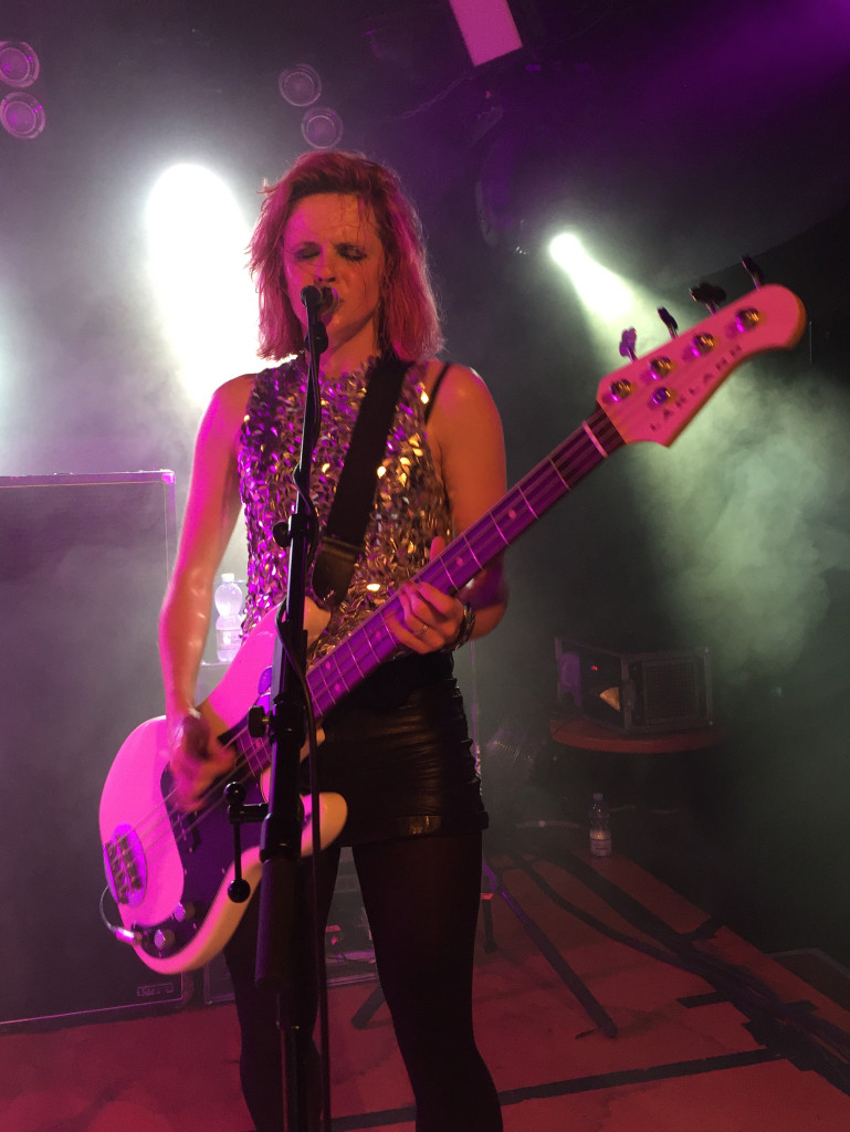 Charlotte Cooper in Zürich. Der Wirbelwind am Bass nimmt wie gewohnt keine Rücksicht auf Verluste. Wen stört schon verschmierte Schminke an einem Rock-Konzert?