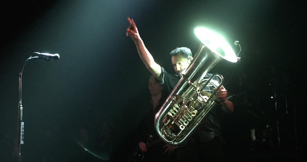 Auch Tuba-Spieler können rocken. Robert Solomon «Rob» Göhring beim Intro von «Zehn»
