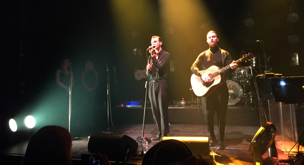 Theo Hutchcraft und Adam Anderson performen eine Akustik-Version von «Blood, Tears & Gold»
